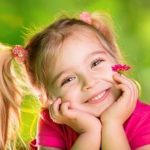 Lächelndes, fröhliches kleines Mädchen