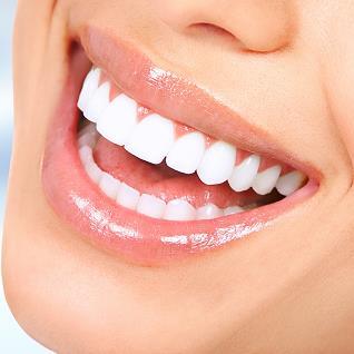 Weiße Zähne, lächelnde Frau