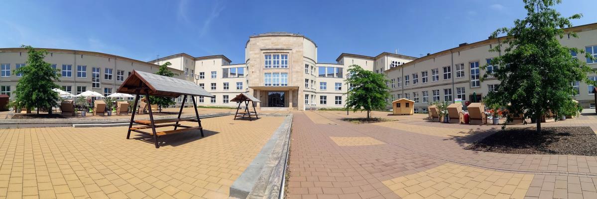 Rathaus-Innenhof und Campus Wolfen